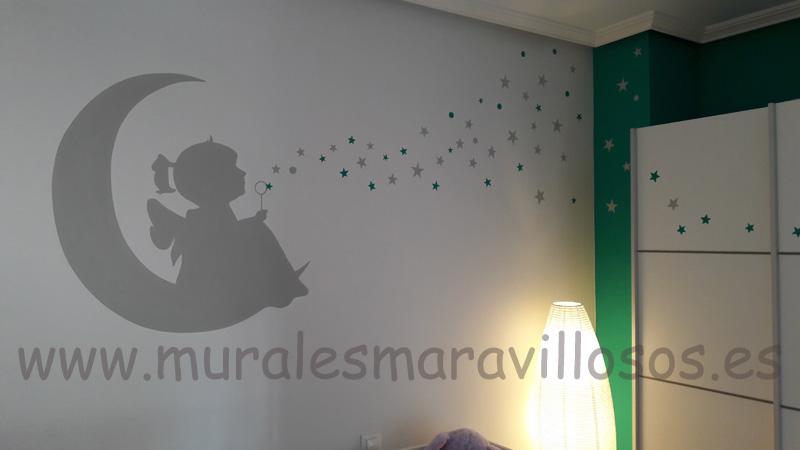 pintura mural con niña en luna y estrellas