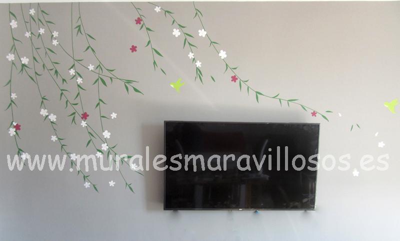pintura de ramas y flores sobre pared de salon