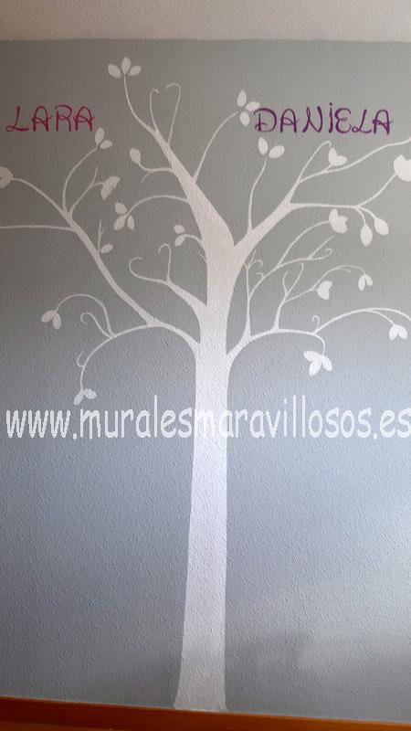 pintura arbol blanco sobre pared gris