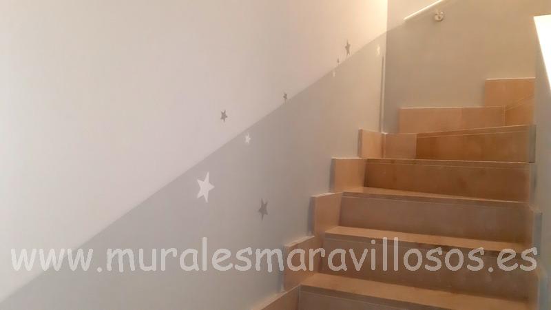 zocalo gris pintado en escalera con estrellas