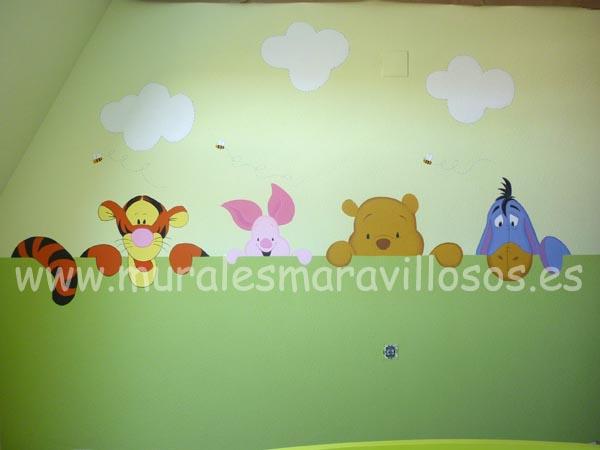 murales winnie the poop sobre pared verde