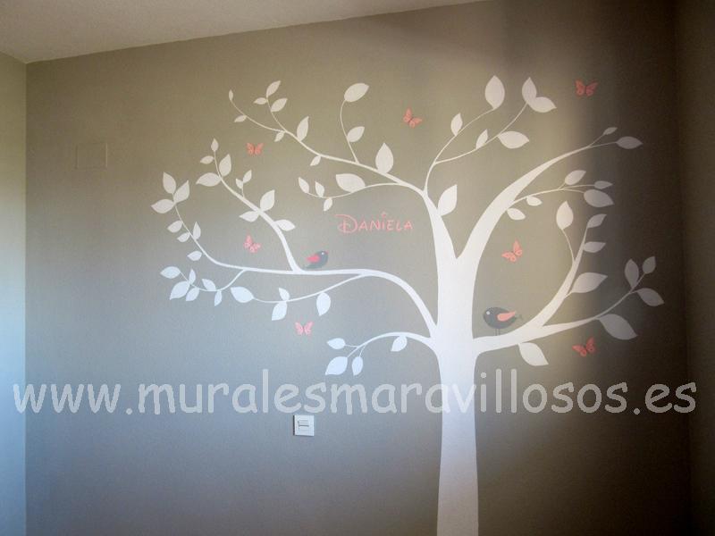 arboles blancos pintados en paredes grises