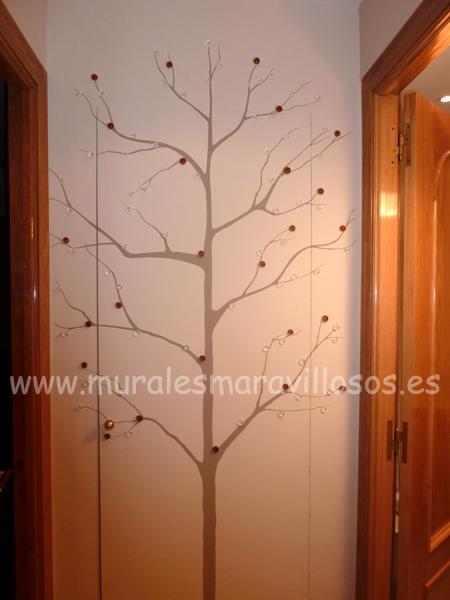 arboles pintados en fondo de pasillo