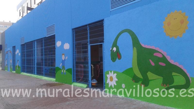 fachada de guarderia con mural de dinosaurio