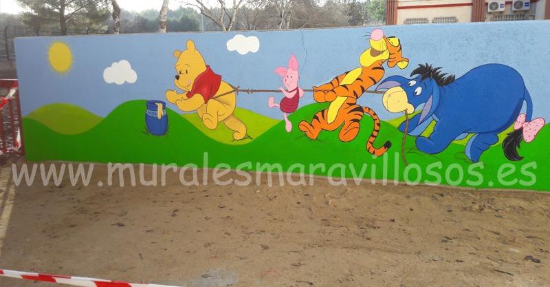 mural winnie amigos pintado en valla colegio