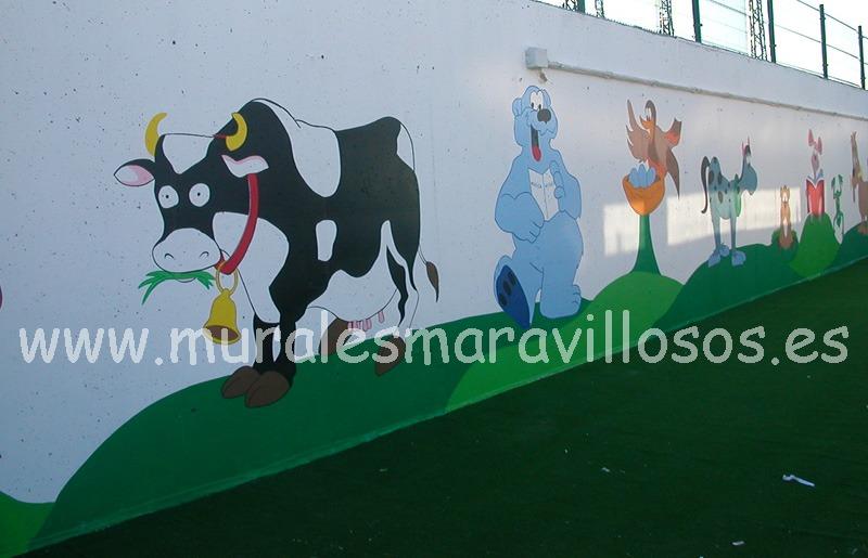 mural de animales pintado en valla de colegio