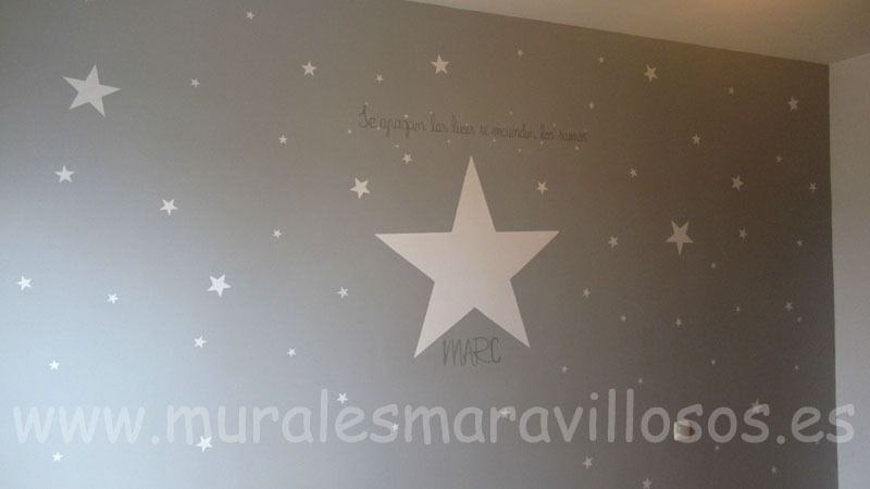 estrellas pintadas sobre pared gris