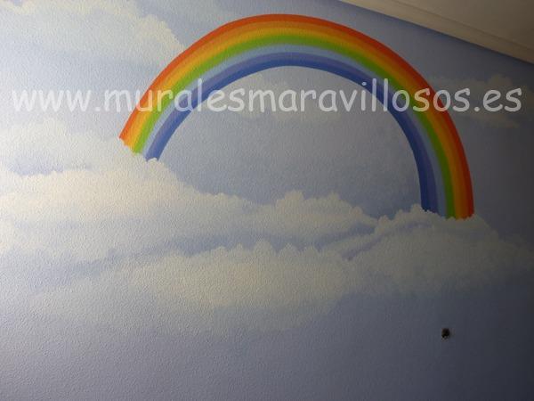 nubes y arcoiris en habitacion infantil