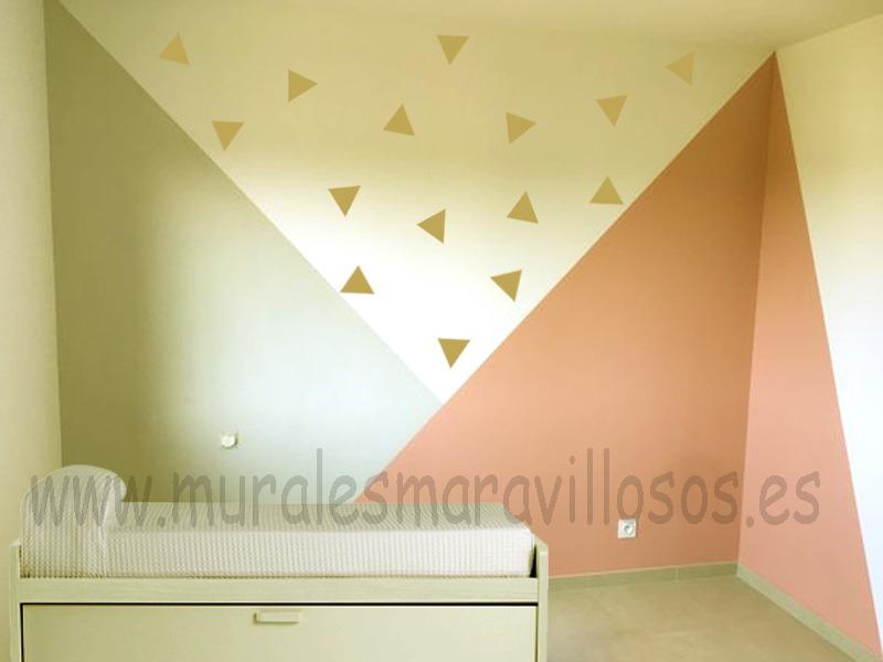 habitacion con pintura geometrica y triangulos
