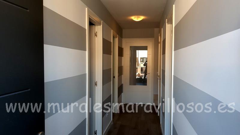 pasillo pintados a rayas grises