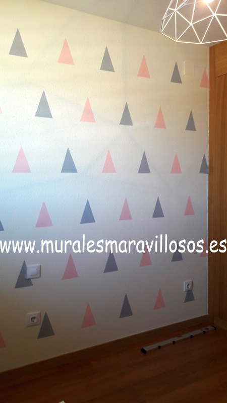 habitacion pared triangulos rosa gris