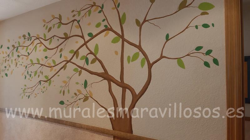 arbol pintado en pasillo